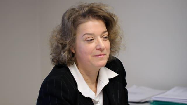 Portrait von Angela Weirich. Man sieht sie leicht von der Seite.
