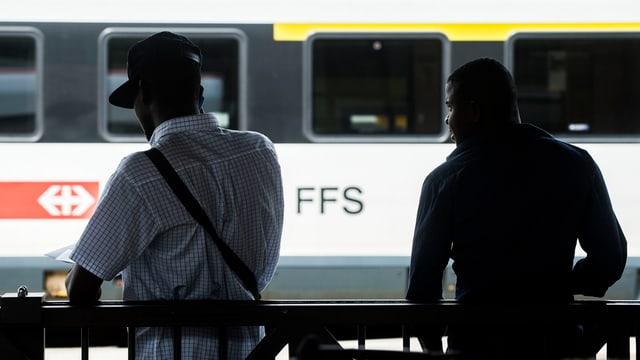 Zwei Migranten am Bahnhof in Chiasso