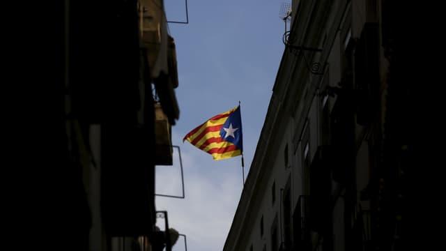 bandiera catalugna, sdrimas mellen e cotschnas, ina staila alva sin funs blau