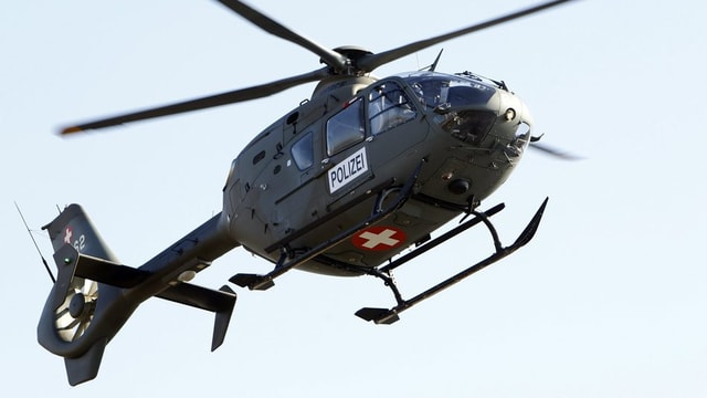 Ein Helikopter mit der Aufschrift Polizei fliegt in der Luft