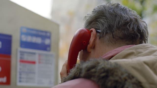 Da vesair ina persuna pli veglia che telefonescha.