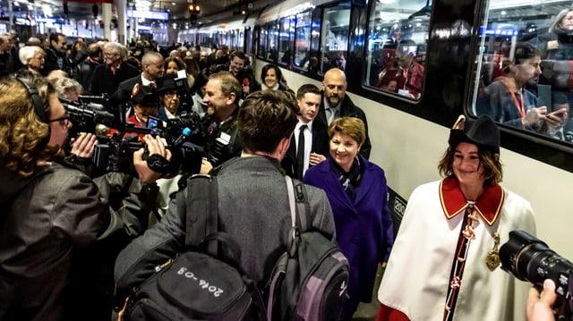 Viola Amherd avant ch'ella entra en il tren spezial circumdada da schurnalists.
