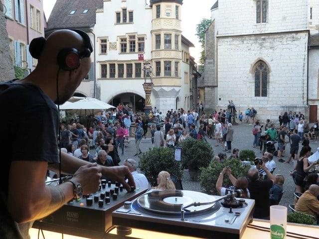 DJ, Blick auf Leute auf der Strasse
