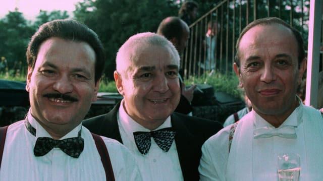 Drei Männer mit Fliege und weissem Hemd