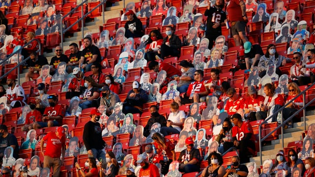 Zuschauer des Super Bowls sitzen auf der Tribüne.