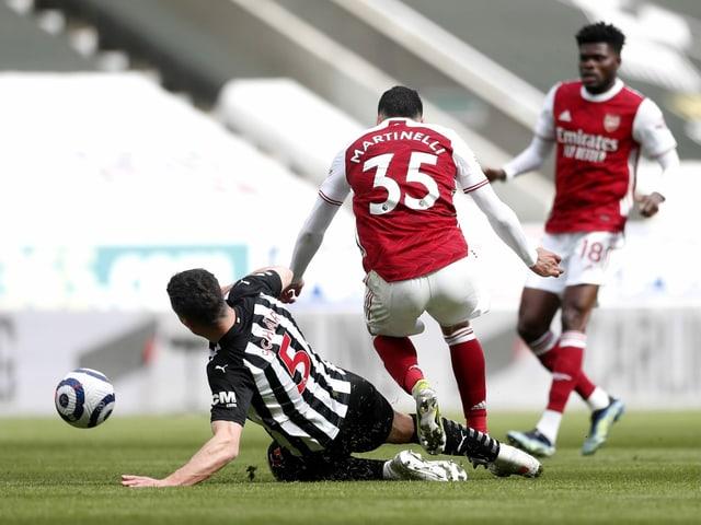Schär grätscht Arsenals Martinelli von hinten in die Beine.