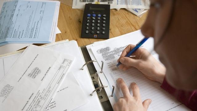 Frau füllt ein Zahlungsformular aus