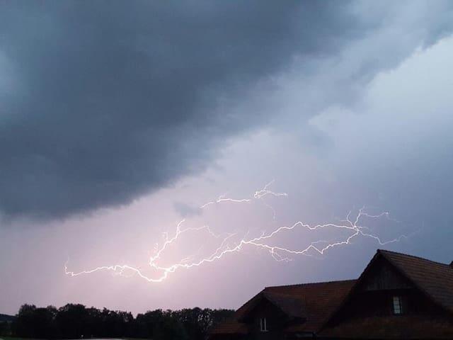 Blitz unter Wolken