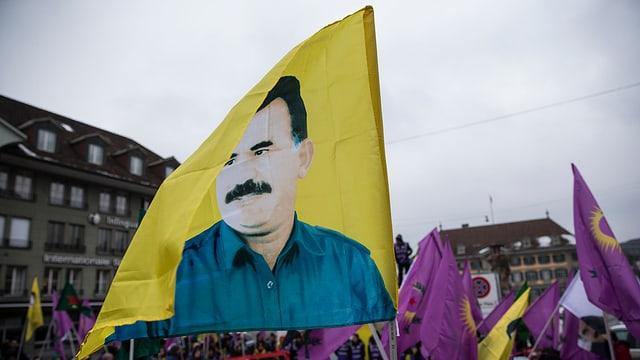 Ina bandiera cun si il schef da la PKK Abdullah Öcalan.