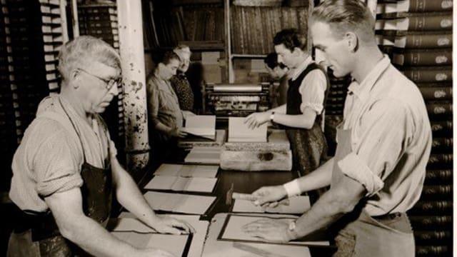 Altes Bild von Arbeitern im Verlag