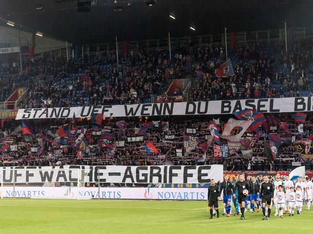 FCB Fans mit Spruchband