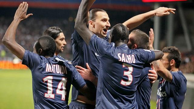 Zlatan Ibrahimovic (Mitte) feiert den Titel mit seinen Teamkollegen.