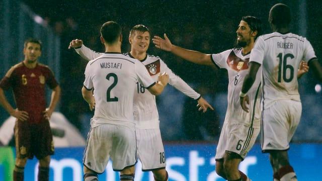 Toni Kroos lässt sich nach seinem Treffer feiern.