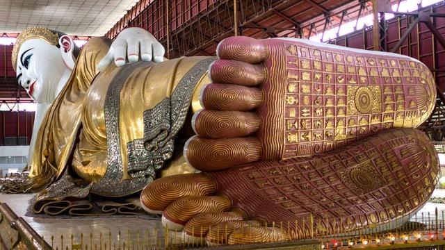 Mit reich verzierten Füssen: liegender Buddha in einer Pagode in Burma.