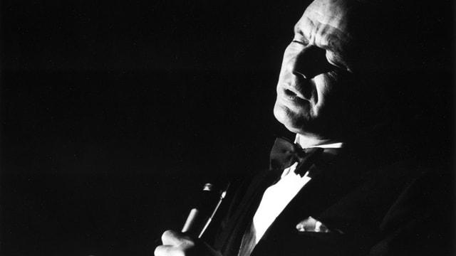Frank Sinatra, singend.