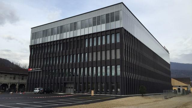 Dunkles Bürogebäude.