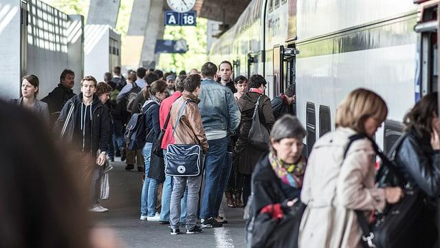 Leute steigen in einen Zug