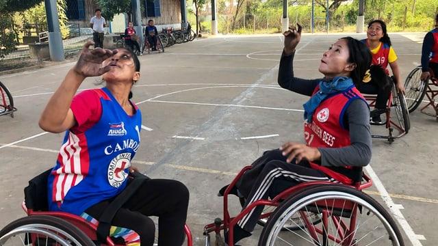 Zwei Frauen in Sportbekleidung auf dem Rollstuhl