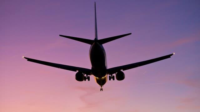 Flugzeug vor Dämmerungshimmel