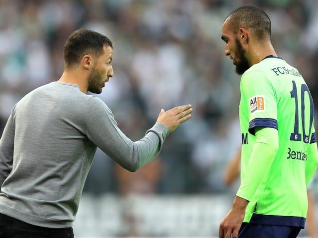 Domenico Tedesco gibt einem Spieler Anweisungen.