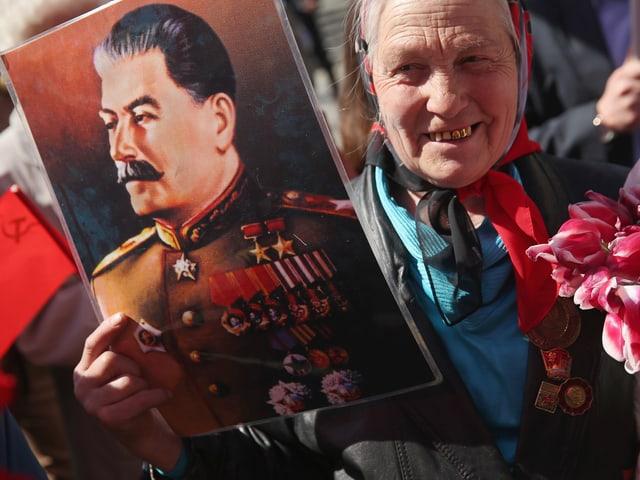 Frau mit Bild von Stalin