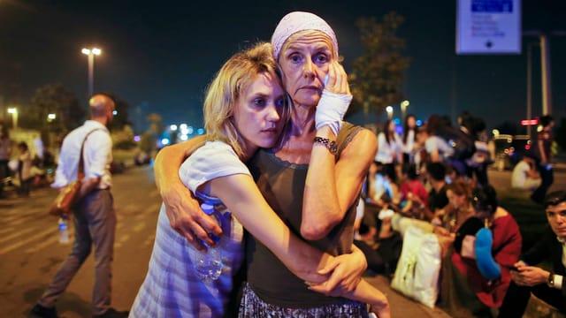 Geschockte Menschen nach dem Anschlag in Istanbul