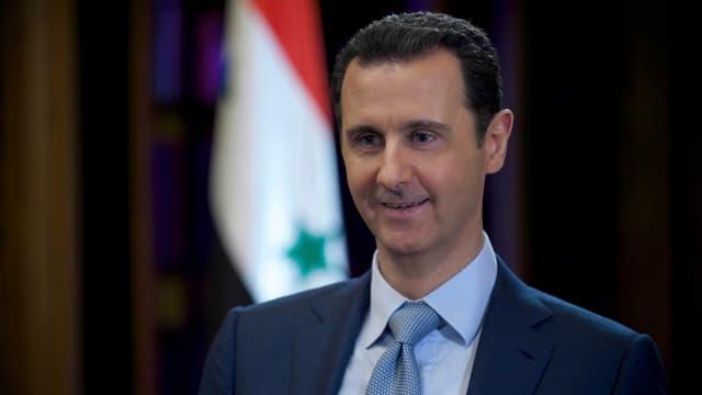Ein Porträtbild von Syriens Präsident Baschar al-Assad