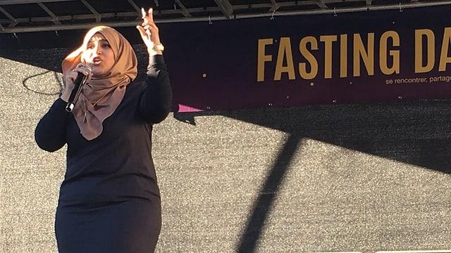 Frau mit Kopftuch auf Bühne