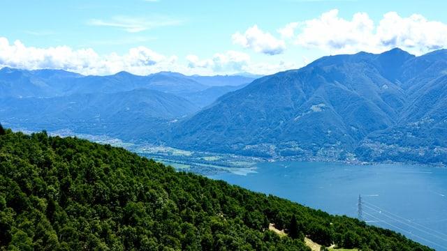 Blick von der Cimetta oberhalb von Locarno auf die Magadinoebene.