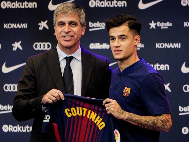 Philippe Coutinho posiert mit Barcelona-Shirt.