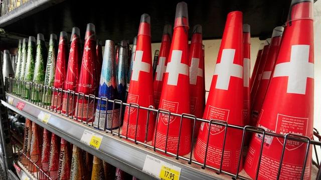 Raketen in einem Warenhaus-Gestell.
