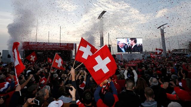 Gegen 10'000 Zuschauer bereiteten den Schweizern einen gebührenden Empfang.