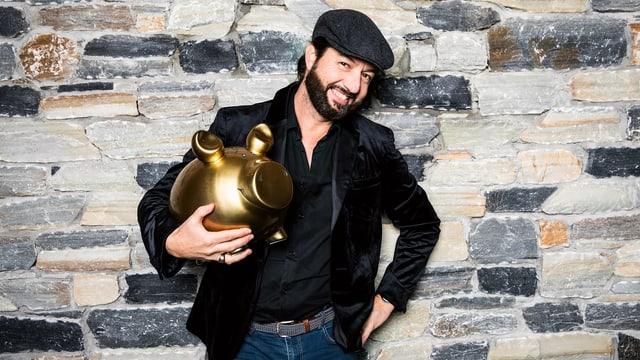 Ralph Langenscheidt mit dem goldenen Sparschwein.