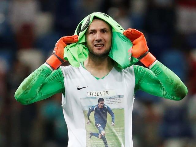 Danijel Subasic trägt auf seinem T-Shirt ein Foto seines verstorbenen Jugendfreundes.