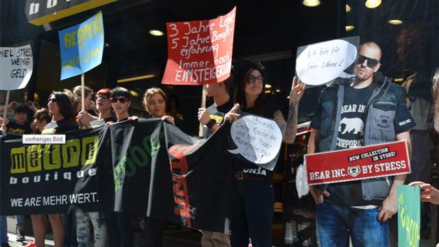Demonstrierende Angestellte vor Boutique