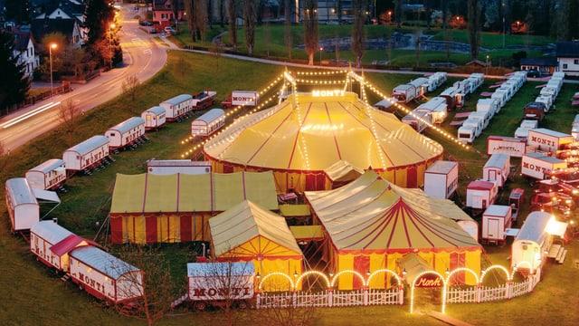 Luftaufnahme des Zirkuszeltes