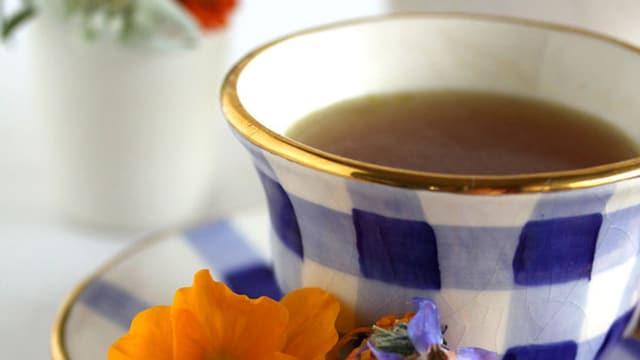 Vorspeise: Bouillonsuppe mit blumigen Käsekugeln
