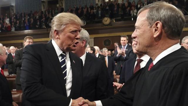 Justice John Roberts nahm Donald Trump im Januar 2017 den Amtseid ab. Roberts ist Vorsteher des Supreme Court.