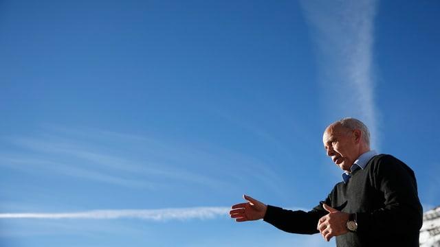 Ueli Maurer vor einem blauen Himmel.