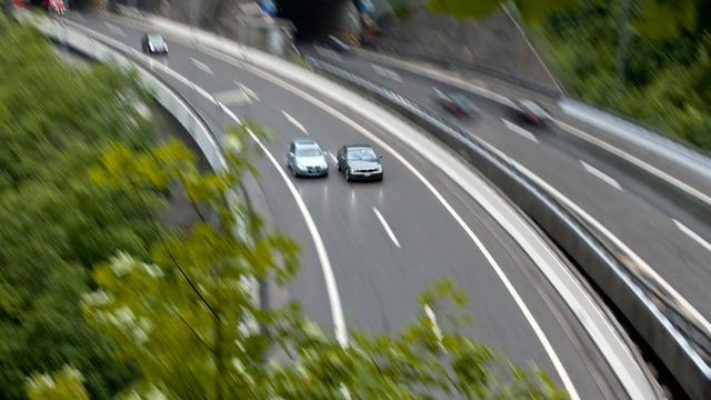 Zwei Autos im Überholmanöver auf der Autobahn.