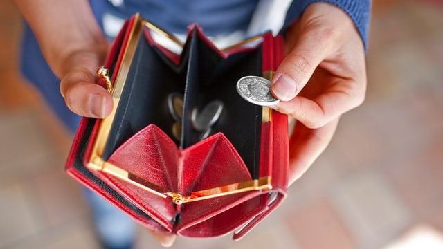 Offenes Portemonnaie mit wenig Münz.