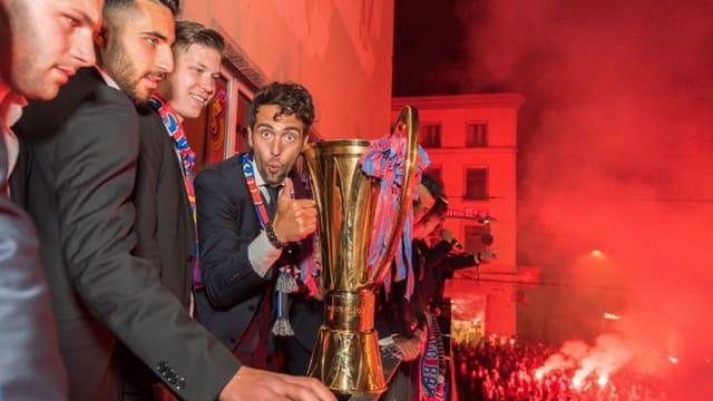 Ils giugaders da l'FC Basilea cun il pucal da campiun svizzer