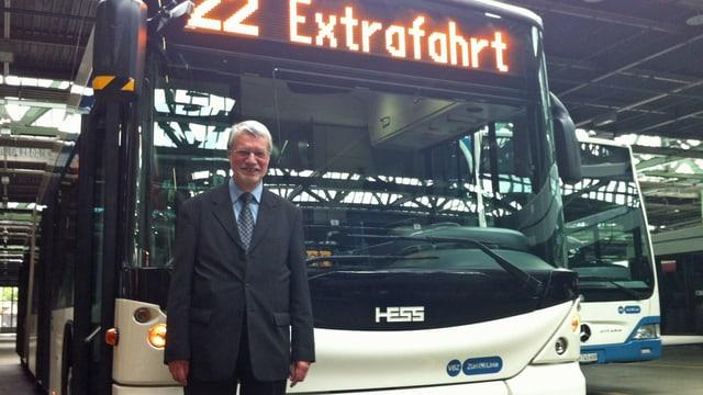 Der Technik-Leiter Fredy Vogler posiert vor einem Test-Hybridbus der VBZ.