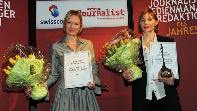 Die zwei Journalistinnen des Jahres 2010 bei der Preisverleihung mit Blumenstrauss in der Hand.