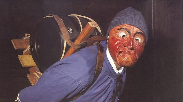 «Fässliträger», eine Figur beim Silvesterbrauch «Altjahrsesu» in Schwarzenburg. Sie ist maskiert und trägt ein kleines Fass auf dem Rücken.