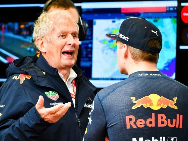 Red-Bull-Motorsportberater Helmut Marko im Gespräch mit Max Verstappen.