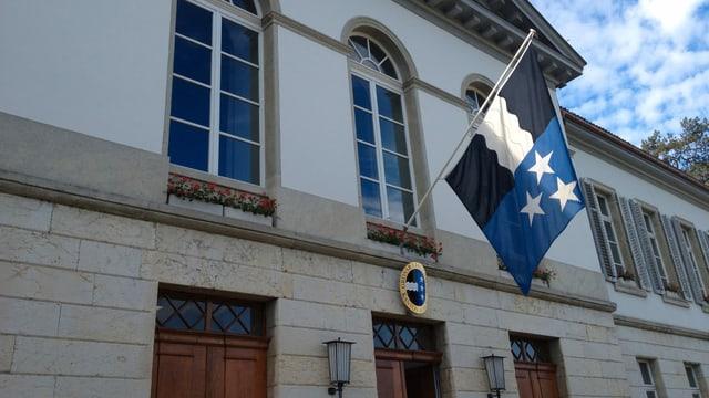 Eingang Gebäude, Aargauer Fahne oberhalb des Eingangs.