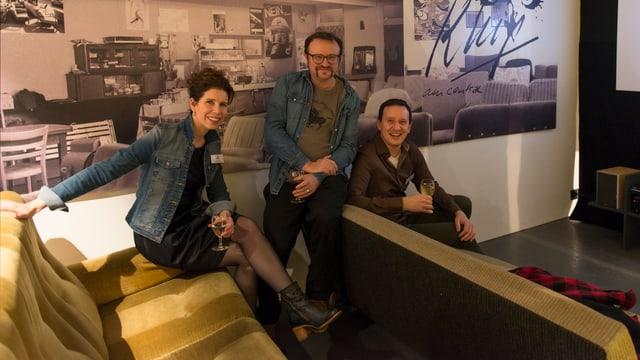 Die Team, das die Ausstellung gestaltet hat, mitten in den Ausstellungsobjekten.