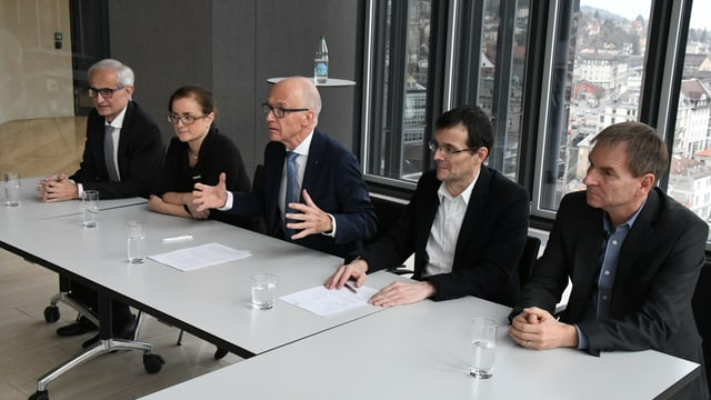 Der neue St. Galler Stadtrat (v. links): Nino Cozzio (CVP), Maria Pappa (SP), Stadtpräsident Thomas Scheitlin (FDP), Markus Buschor (parteilos), Peter Jans (SP).