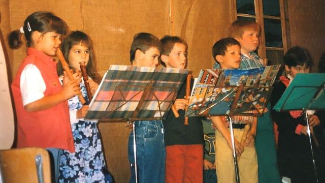 Sängerin Melanie Oesch als Schulkind mit Blockflöte